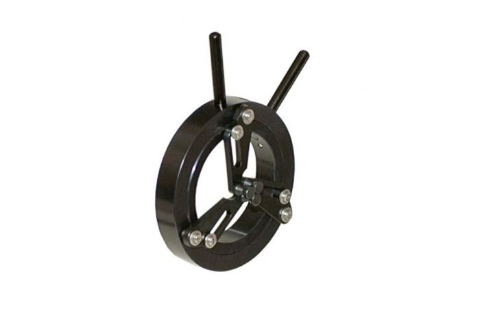 Optomechanics self centreing component holder